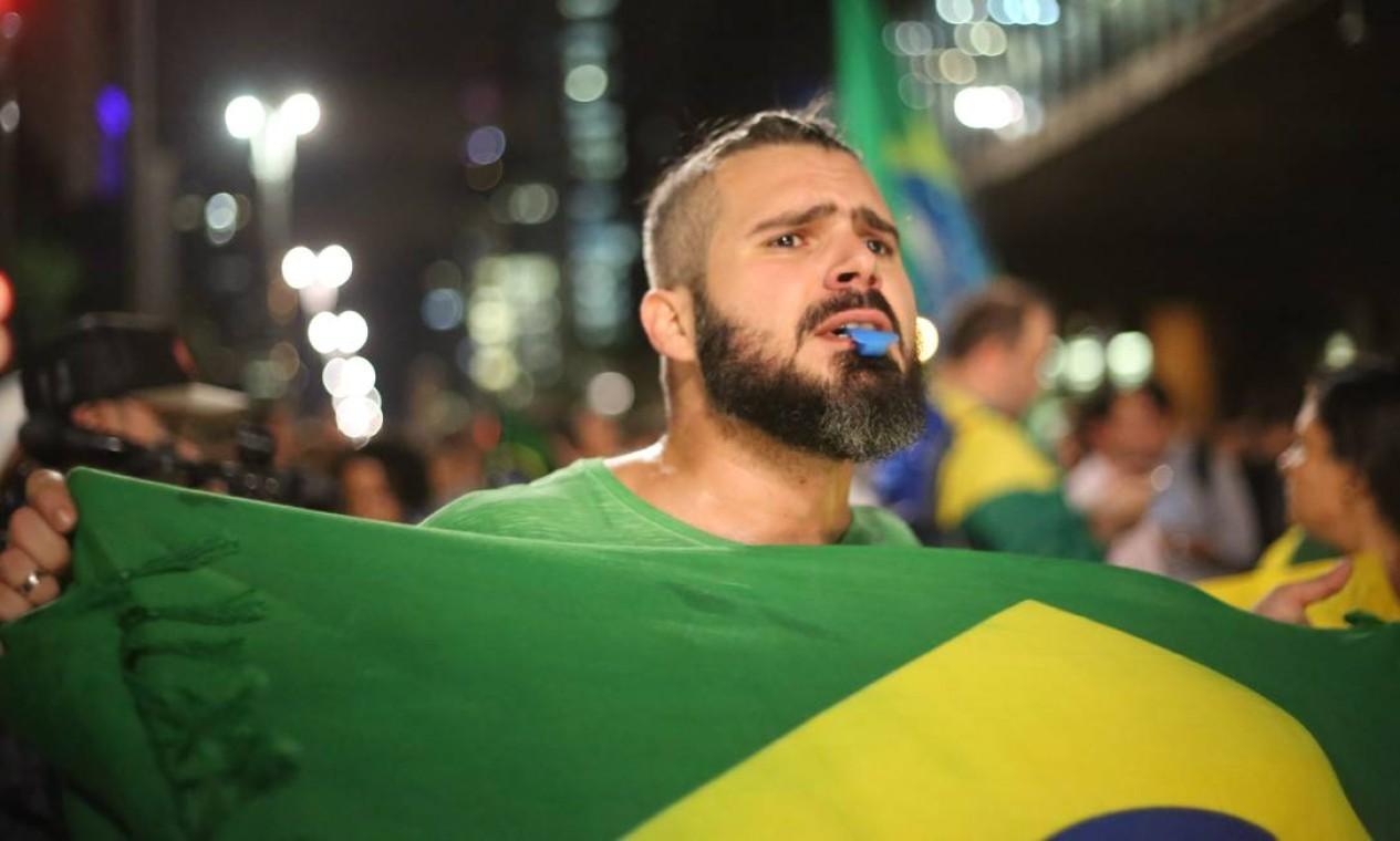 Manifestante fizeram barulho, com apitos e panelas Foto: Marcos Alves / Agência O Globo