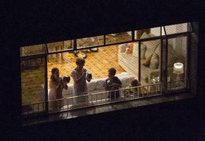 Moradores de Copacabana batem panela no horário do Jornal Nacional Foto: Ana Branco