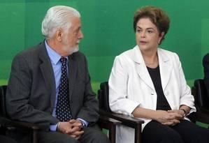 O ministro Jaques Wagner e a presidente Dilma Rousseff durante cerimônia no Palácio do Planalto Foto: Givaldo Barbosa / Agência O Globo
