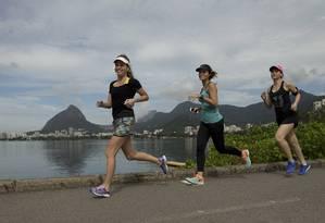 """Ticiana (ao centro), com as amigas Bruna e Marcela, usa um aplicativo: """"Ele te ensina a correr e incentiva"""" Foto: Márcia Foletto / márcia foletto"""