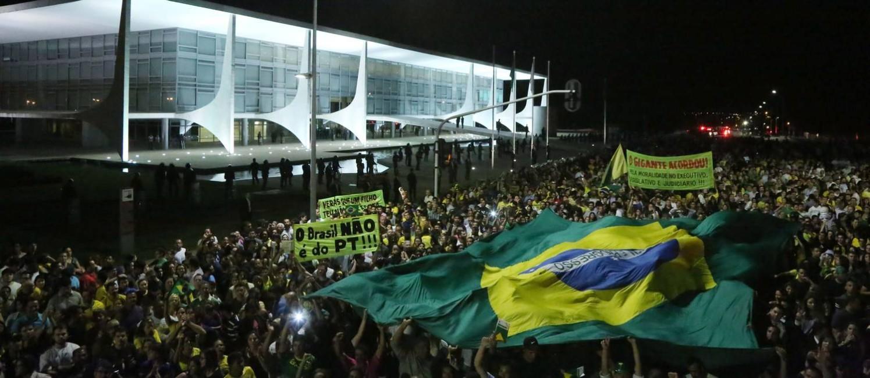 Manifestantes pró-impeachment e contra a posse de Lula como ministro fizeram ato em frente ao Palácio do Planalto Foto: Michel Filho / Agência O Globo