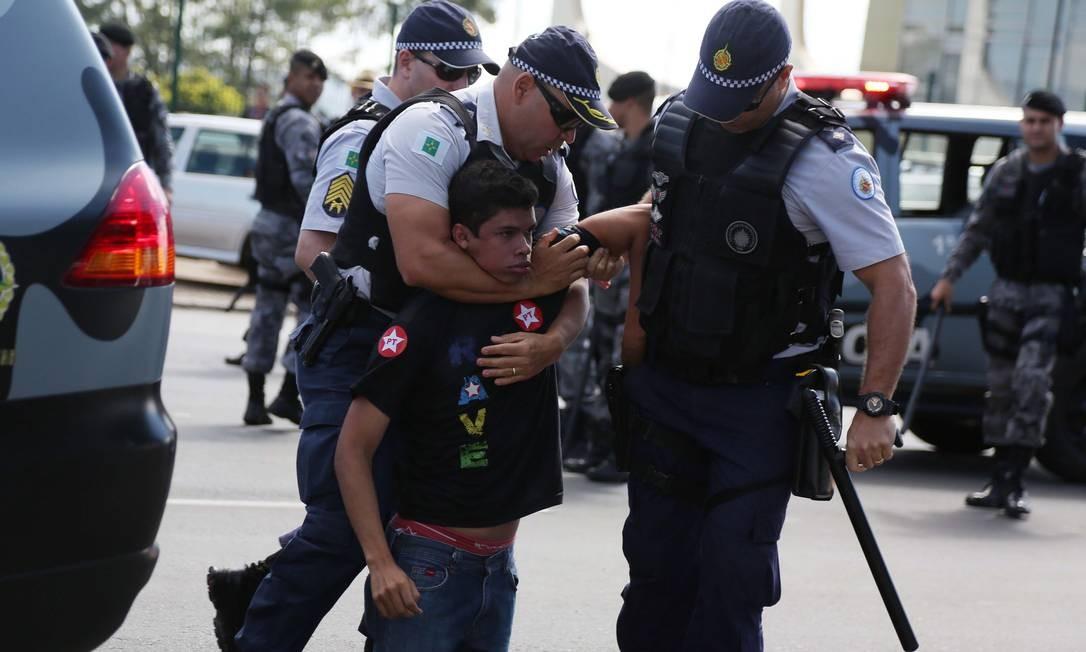 Manifestante é contido por policiais. Houve princípio de confronto entre apoiadores e opositores do governo Dilma. Foto: Michel Filho / Agência O Globo