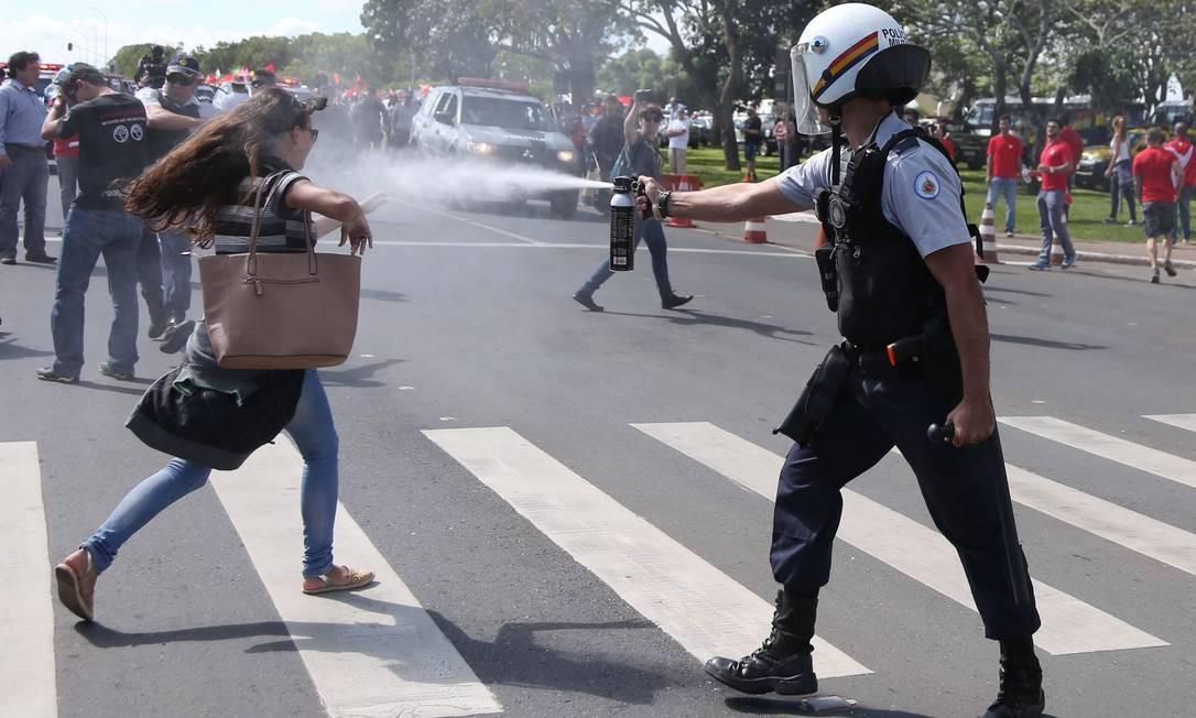 Policial dispara spray de pimenta nos olhos de manifestante. Foto: Michel Filho / Agência O Globo