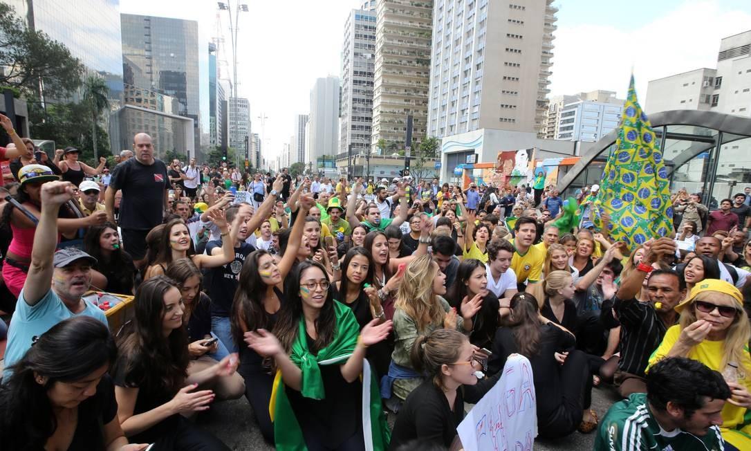 Em frente à Fiesp, na Avenida Paulista, um grande drupo de manifestantes se reuniu para protestar contra a nomeção de Lula para ministro da Casa Civil Foto: Paulo Whitaker / Reuters