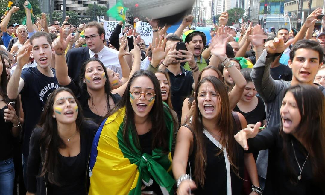 Protesto reuniu jovens, que vestiram preto para sinalizar luto pela nomeação de Lula para ministro da Casa Civil Foto: Paulo Whitaker / Reuters