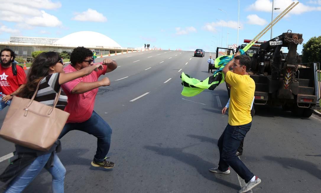 Manifestantes pró e contra o governo se concentram em frente ao Palácio do Planalto, onde Lula tomará posse na Casa Civil. Clima é de hostilidade entre os grupos Foto: Agência O Globo