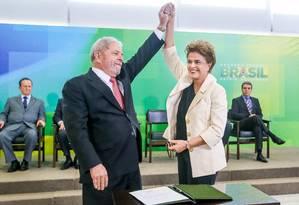 Lula e Dilma após a assinatura da nomeação do ex-presidente - investigado na Lava-Jato - como ministro da Casa Civil Foto: HANDOUT / REUTERS
