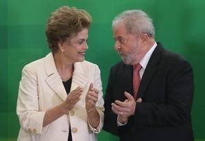A presidente Dilma Rousseff conversa com o ex presidente Lula na cerimônia de posse do ex-presidente na Casa Civil Foto: ANDRE COELHO / Agência O Globo