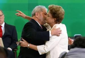 O ex-presidente Lula beija Dilma na cerimônia de posse como ministro da Casa Civil Foto: Ailton de Freitas / Agência O Globo