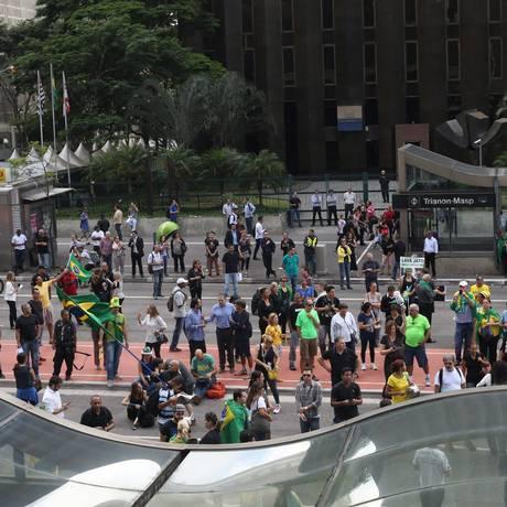 Manifestantes se reúnem nas proximidades na Fiesp na Avenida Paulista nesta quinta-feira Foto: Marcos Alves/ Agência O Globo