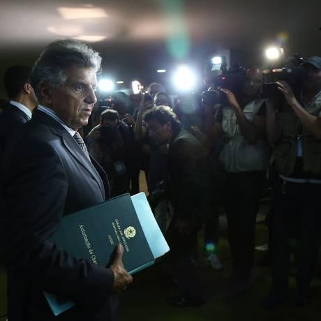 O primeiro-secretário da Câmara, deputado Federal Beto Mansur (PRB-SP), saindo para entregar o processo de impeachment contra a presidente Dilma Rousseff Foto: Ailton de Freitas / O Globo