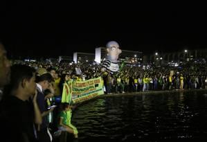 Manifestantes pró-impeachment em ato no gramado do Congresso Nacional Foto: Michel Filho / Agência O Globo