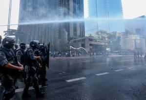 Tropa de Choque lança jato de água para liberar a Paulista Foto: Agencia O Globo / Pedro Kirilos