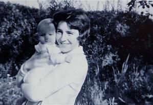 A fundadora da ONG Autistica, Dame Stephanie Shirley, com seu filho Giles quando ele era um bebê Foto: Autistica.org.uk
