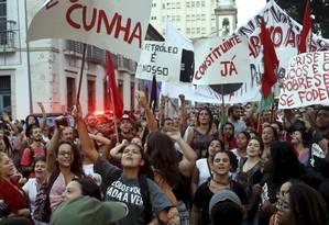 Manifestantes fizeram ato pela democracia e a favor da legalidade na Justiça na Praça XV, no Rio Foto: Gabriel de Paiva / Agência O Globo