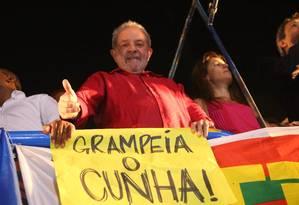 Lula participa de protesto na Avenida Paulista contra o impeachment de Dilma; em cima de carro de som, o petista discursou por meia hora. Foto: Marcos Alves/Agência O Globo