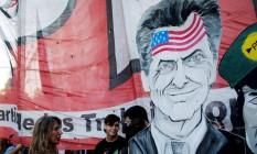 Manifestantes criticam Macri com cavalete, comparando-o a 'servo' dos EUA Foto: MARCOS BRINDICCI / REUTERS