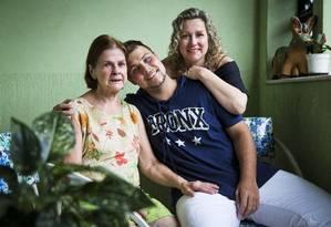 André com a mãe, Simone, e a avó, Helena: cinco anos de luta contra o linfoma de Hodgkin Foto: Guito Moreto / Agência O Globo
