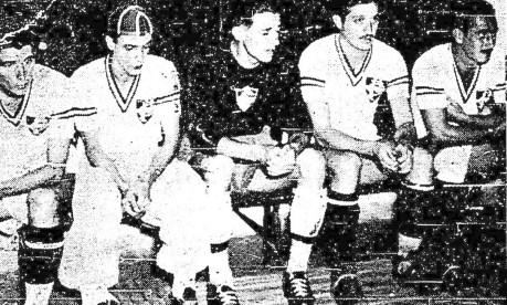 Mística. No primeiro Fla-Flu fora do Rio, os tricolores aguardam no vestiário do Pacaembu, minutos antes do jogo, que termina 0 a 0 Foto: 13/03/1942 / Agência O Globo