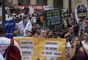 Servidores estaduais fazem manifestação em frente à Alerj na última quinta-feira Foto: Gabriel de Paiva / Agência O Globo