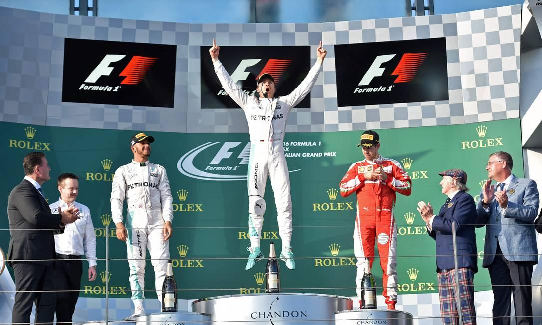 A festa do alemão Nico Rosberg no alto do pódio em Melbourne. Lewis Hamilton e Sebastian Vettel chegaram em segundo e terceiro, respectivamente PETER PARKS / AFP