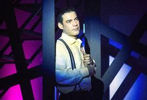 Claudio Botelho em cena de 'Todos os musicais de Chico Buarque em 90 minutos' Foto: Leonardo Aversa / Agência O Globo
