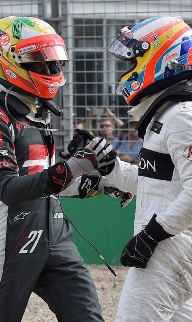 Esteban Gutierrez, à esquerda, e Fernando Alonso se cumprimentam após o acidente em Melbourne PAUL CROCK / AFP