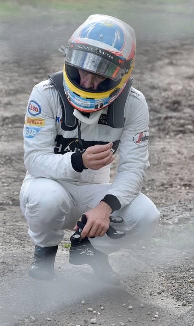 Alonso agradeceu aos equipamentos de segurança após sobreviver à capotagem na Austrália PAUL CROCK / AFP