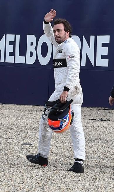 Após nascer de novo, Alonso saúda o público em Melbourne PAUL CROCK / AFP