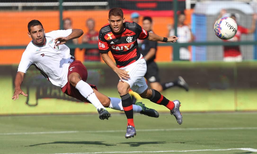 Diego Souza, do Fluminense, e Cuéllar, do Flamengo, disputam a bola no Pacaembu Pedro Kirilos / Agência O Globo