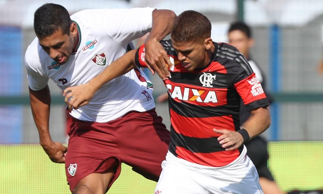 Outro disputa de bola entre Diego Souza e Cuéllar Pedro Kirilos / Agência O Globo