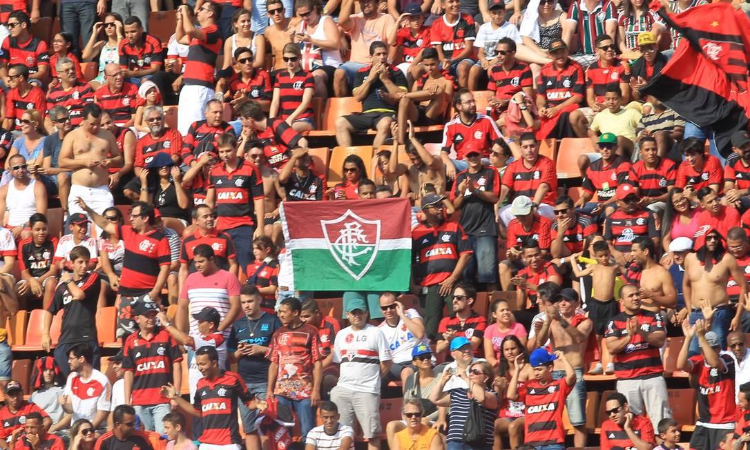 Torcedores do Flamengo e do Fluminense se misturam nas arquibancadas do Pacaembu Marcos Alves / Agência O Globo