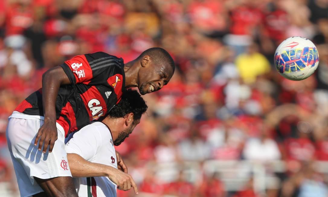 Rubro-negro Juan e o tricolor Fred disputam a bola aérea no Pacaembu Pedro Kirilos