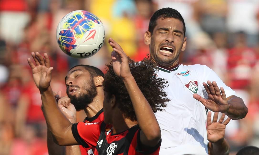 Os rubro-negros Wallace e Willian Arão disputam a bola com o tricolor Diego Souza no Pacaembu Pedro Kirilos