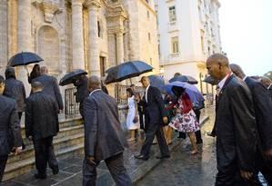 Depois do evento para funcionários da embaixada, o presidente e a primeira-dama visitaram a Catedral de Havana Foto: Pablo Martinez Monsivais / AP