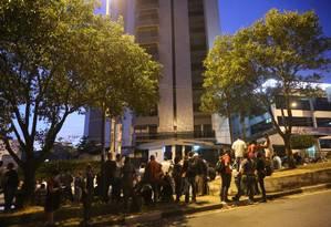 Apoiadores e partidários do ex-presidente Lula fazem vigília em frente ao prédio onde mora o ex-presidente em SBC Foto: Marcos Alves / Agência O Globo