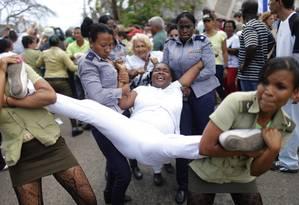 Mulheres da Damas de Branco são levadas por policiais femininas durante protesto em Cuba Foto: Daniel Ramalho / Agência O Globo