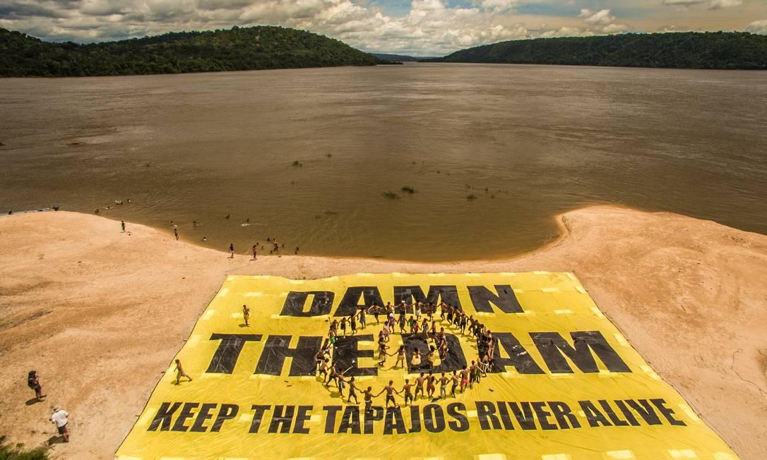 """Índios Munduruku protestam contra obra: """"Barrem a barragem- Mantenha o rio Tapajós vivo Fábio Nascimento / © Fábio Nascimento / Greenpeac"""
