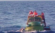 Improviso. Para tentar entrar nos EUA pelas águas da Flórida, dez cubanos transformaram o velho caminhão Chevrolet, ano 1951, numa balsa: eles foram mandados de volta, e o carro, afundado Foto: Reuters / 16/07/2003