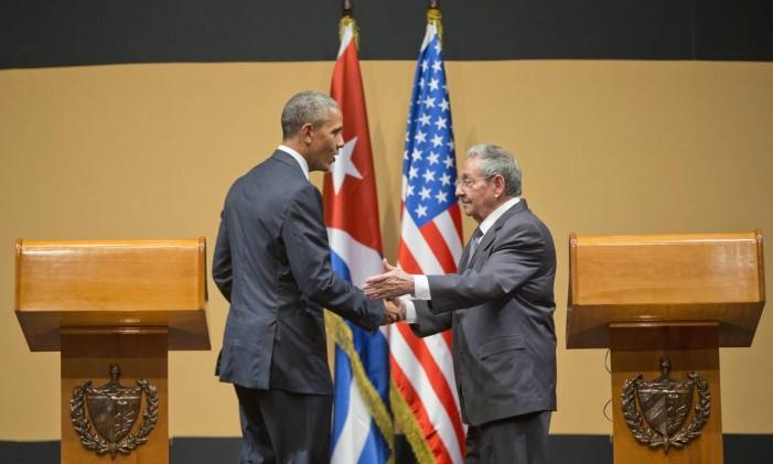 Obama e Raúl se cumprimentam após entrevista coletiva Foto: Pablo Martinez Monsivais / AP