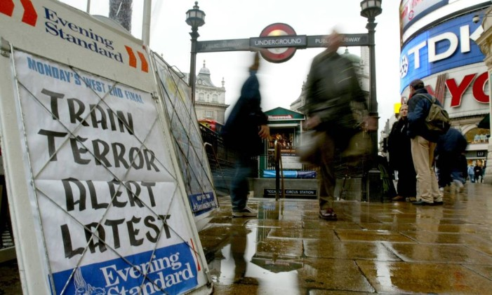 "People walk past a newspaper advertising 'A'-board which states ""TRAIN TERROR ALERT LATEST"" at Piccadilly Circus underground station in central London, March 15, 2004. In the wake of last week's multiple bomb attacks on Madrid trains that killed 200 people, plain clothes anti-terrorist police with stop-and-search powers patrolled London's underground rail network on Monday, amidst fears that Britain's extensive rail network could be one of the next targets of extremists seeking to extract revenge for last year's U.S.-led invasion of Iraq. REUTERS/Toby Melville Foto: Toby Melville / REUTERS"