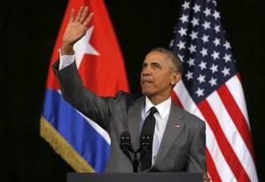 Obama acena para o público que acompanha seu discurso no Grande Teatro de Havana Foto: Reuters