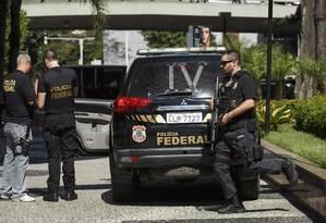 Policiais federais apreendem documentos em escritório no Rio de Janeiro Foto: Fernando Lemos / Agência O Globo