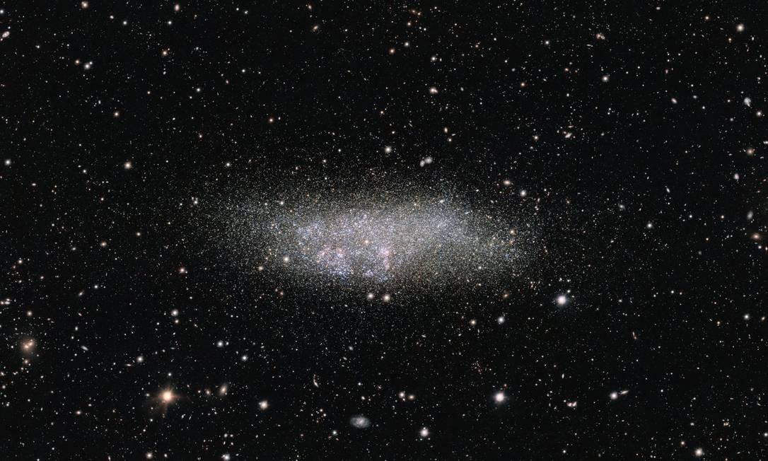 """Imagem da galáxia WLM capturada pela OmegaCAM: num dos extremos do Grupo Local, ela provavelmente nunca interagiu com outras galáxias, o que faz com que seja um laboratório """"natural"""" para estudar como devem ter se parecido as primeiras galáxias do Universo e como é a evolução deste tipo de objeto. Foto: ESO"""