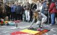 Homenagem às vítimas. Moradores improvisam um memorial numa praça de Bruxelas após os atentados: país tem dificuldades para combater o tráfico de armas