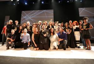 Os premiados da 10ª edição do Prêmio APTR, no Imperator Foto: Marcos Ramos / Agência O Globo