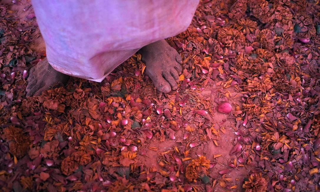 Uma viúva coberta por cores participa dos festejos do Holi em Uttar Pradesh, no Norte da India. Na cultura hindu, viúvas devem renunciar aos prazeres mundanos. Então, não devem comemorar o Holi, mas as indianas de um abrigo para mulheres abandonadas por suas famílias subvertem a tradição e aproveitam a festa. ANINDITO MUKHERJEE / REUTERS