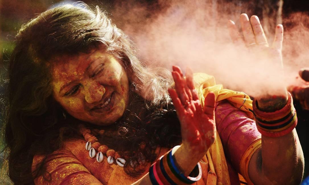 Estudante indiana durante as celebrações do Holi, na Índia DIBYANGSHU SARKAR / AFP