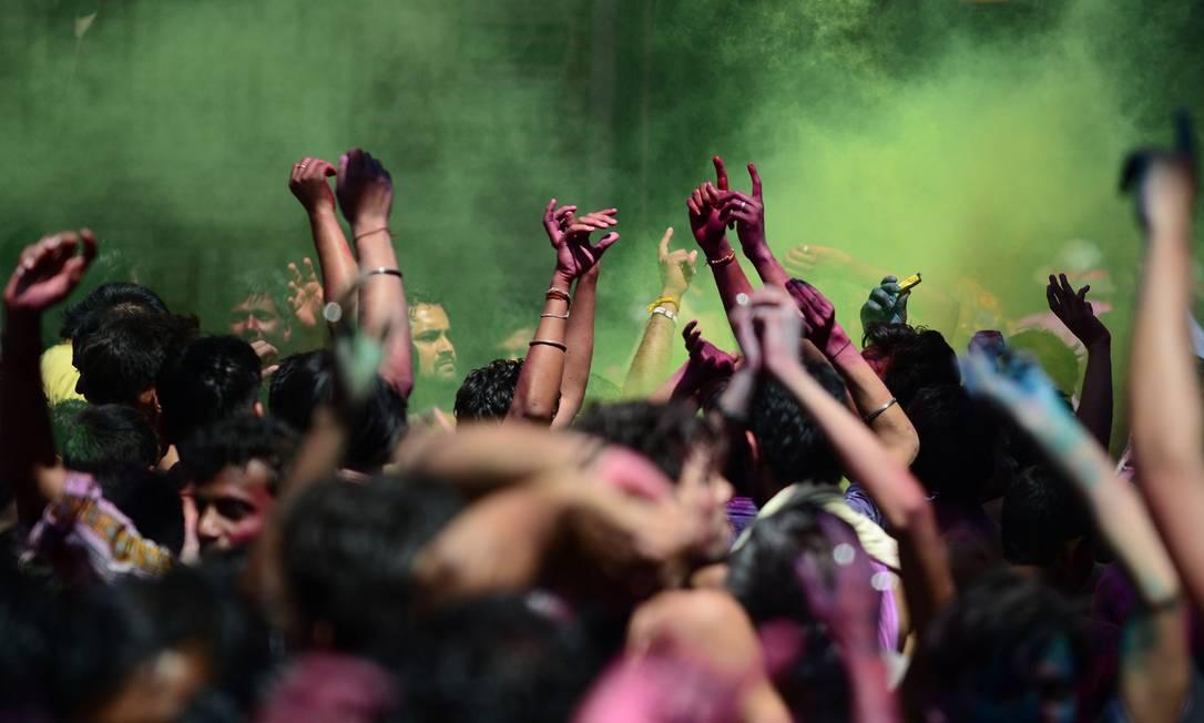 Estudantes indianos durante as celebrações do Holi, em Allahabad, na Índia SANJAY KANOJIA / AFP