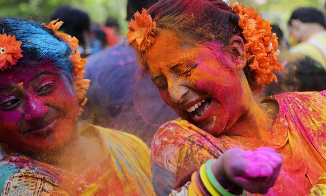 Indianos da religião Hindu celebram o Holi, que acontece prinicpalmente na Índia e no Nepal. Além de festejar a chegada da primavera, os eventos marcam a vitória do bem sobre o mal Bikas Das / AP